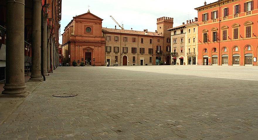 Imola, piazza Matteotti, ripavimentazione conclusa. E l'obelisco?