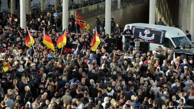 Colonia, manifestazioni pro e contro l'islam.