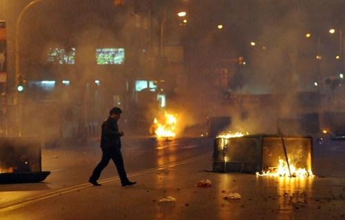 La Grecia in fiamme.