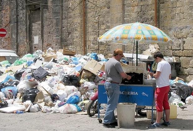Palermo sommersa dai rifiuti.
