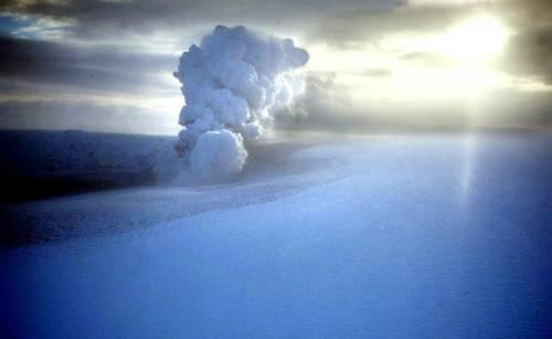 Islanda, l'eruzione di un vulcano manda in tilt il traffico aereo europeo.