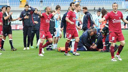 Malore in campo, muore centrocampista del Livorno. Sospesi tutti i campionati.