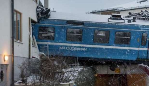 Stoccolma, ruba treno e si schianta contro condominio