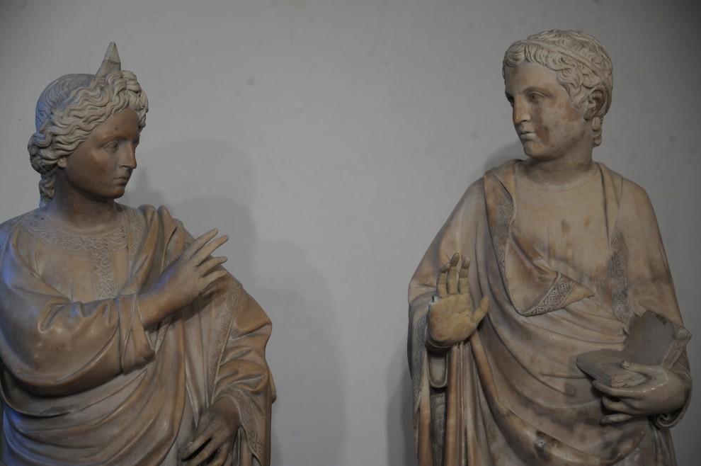 Firenze, dà il cinque e spacca la statua