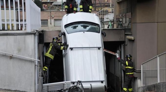 Sesto San Giovanni, furgone schiaccia madre di tre gemelli