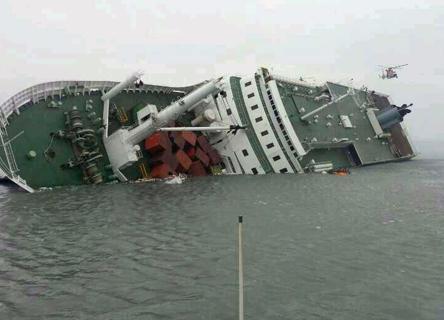 Corea del Sud, sono ancora centinaia i dispersi nel traghetto affondato