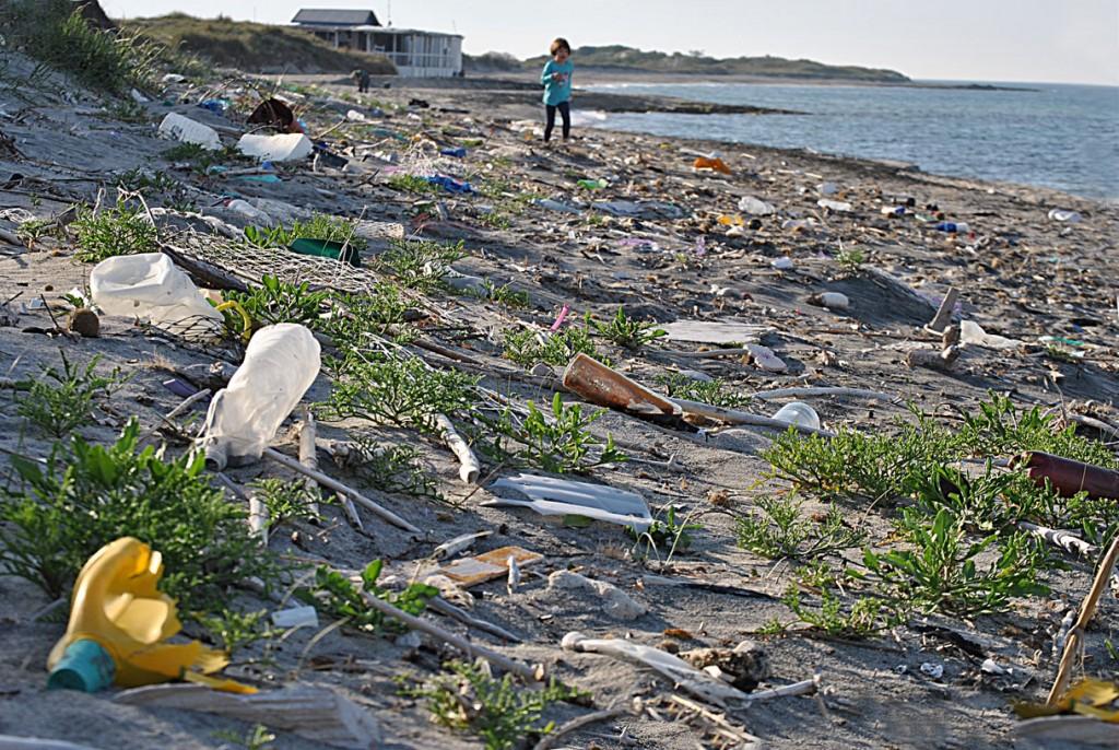 Rifiuti, sulle spiagge un mare di plastica
