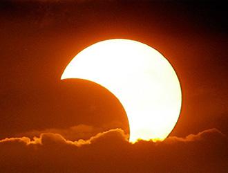 L'eclissi solare è attesa per venerdì. Quando osservarla a Bologna