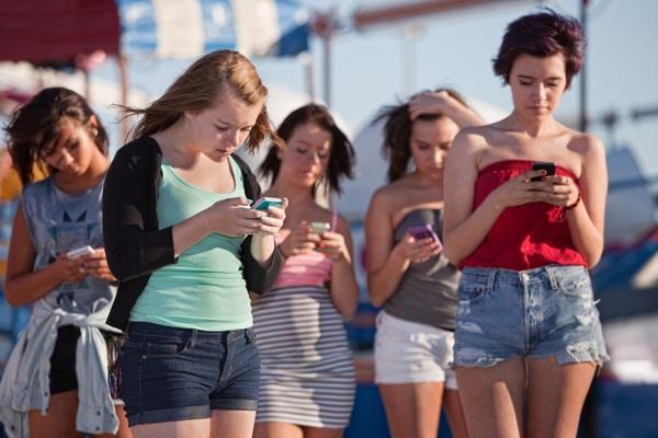 Una postura che evita mal di schiena e cervicali dovute all'uso inteso degli smartphone