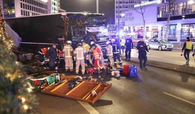 Strage a Berlino, di nuovo un camion lanciato contro la folla
